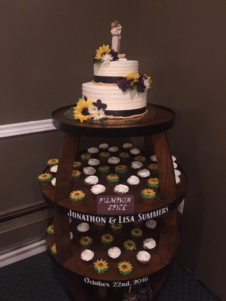 Modern 2 Tier Wedding Cake with Cupcakes